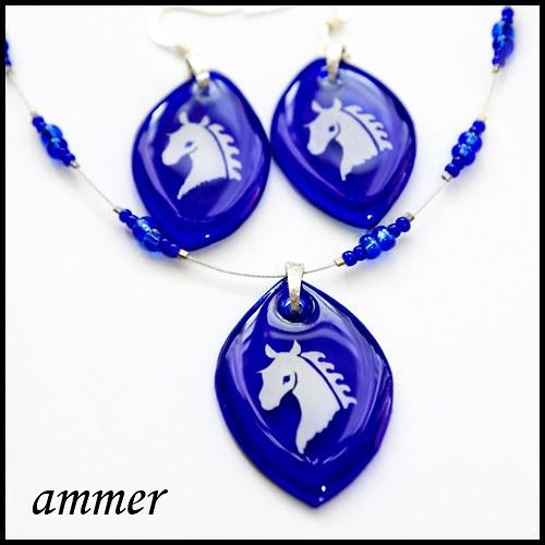 Bílí koně v modři noci