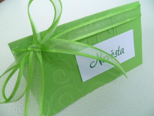 zelené jmenovky s ornamentem na svatební stůl...