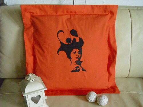 Oranžový polštář s dámou