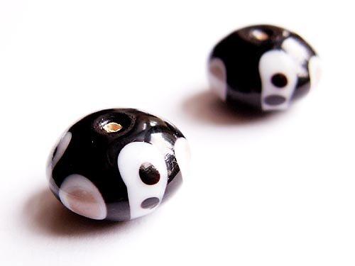 Černý bochánek s béžovo-bílým zdobením ((V91))