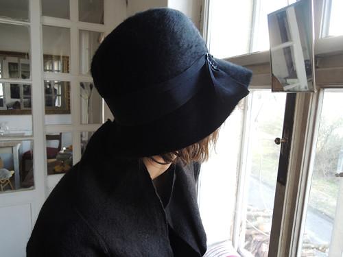 hluboko v klobouku