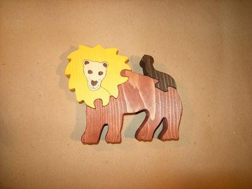 Lev stojící