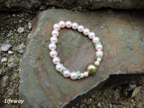 Náramek z bílých perliček se zelenou perlou