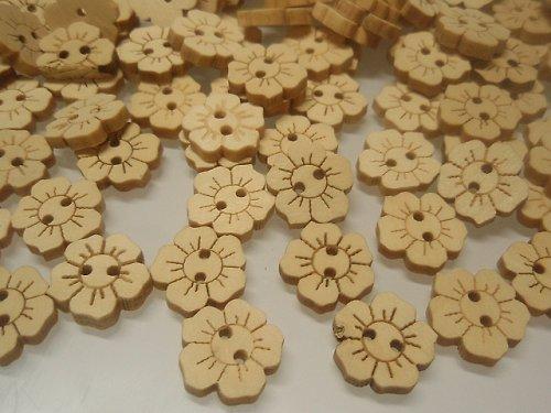 19426 Knoflík dřevěný kytička balení 10ks