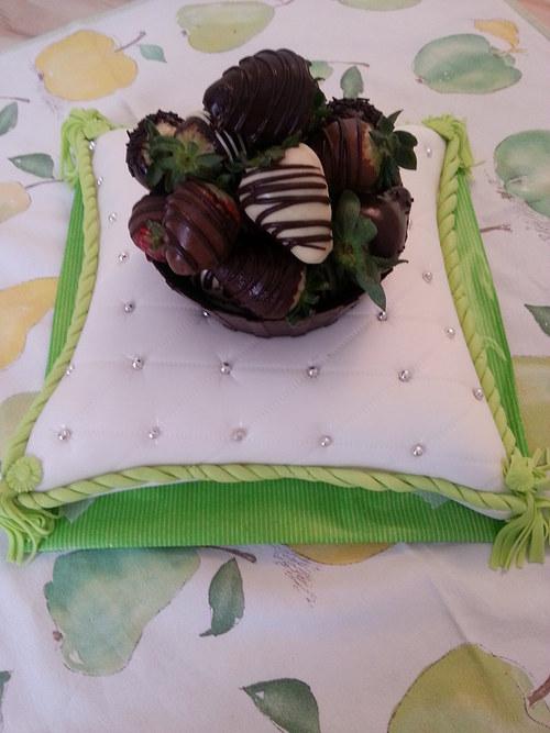 Dort polštář s čokoládovým košíčkem jahod