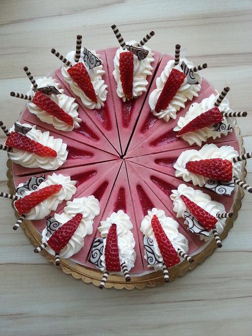Luxusní jahodový dort plněný tekutou náplní ....