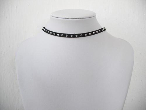 Choker náhrdelník se stříbrnými puntíky