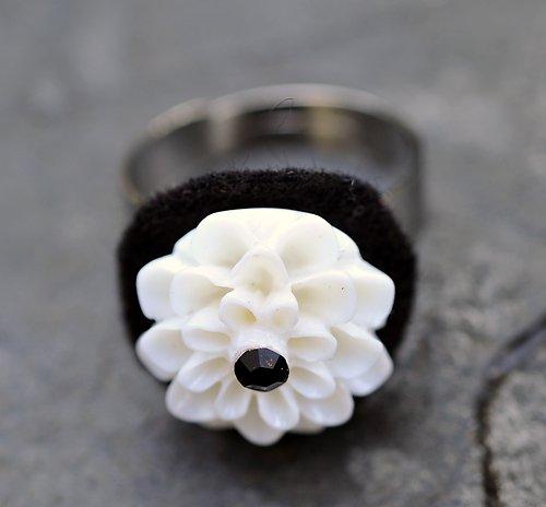 Prstýnek stříbrný - bílá kytka