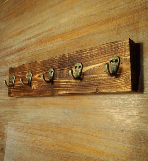 Masivní dřevěný věšák nejen na klíče