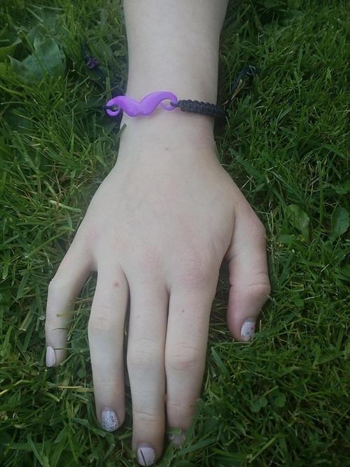 fialový knírek - drhaný náramek černý