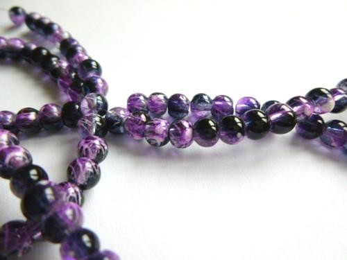 Černé korálky s fialovým dekorem 4mm/20ks
