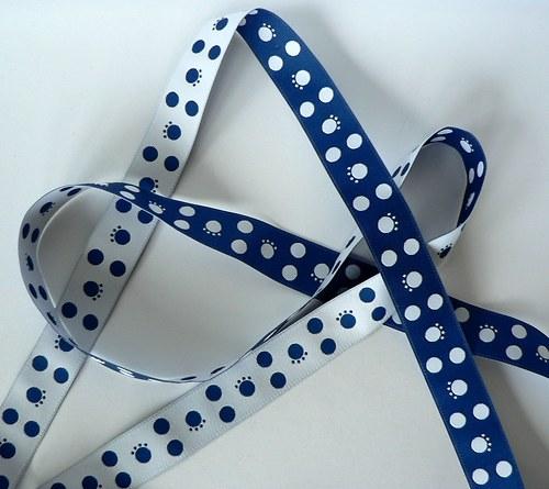 Modrá oboustranná stuha s puntíky a tlapkami