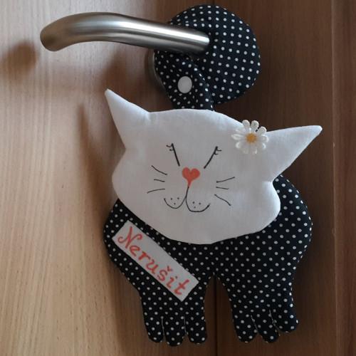Kočka na kliku - černý puntík – nerušit!