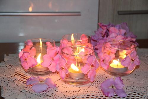 svícen skleněný na čajovku s lila kvítky hortensie