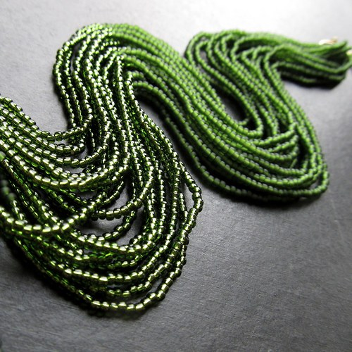 Náhrdelník korálkovkáč lahvově zelený