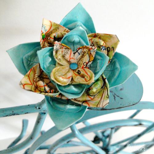 Origami brož květ pro cestovatelku
