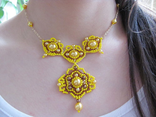 Žlutohnědý ornament