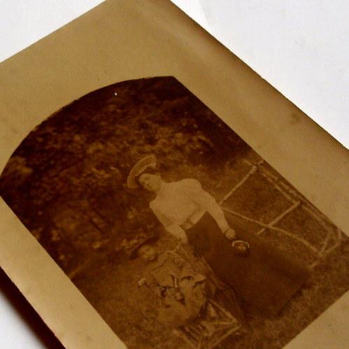 DÁMA S DÍTKEM - fotopohlednice č. 1347