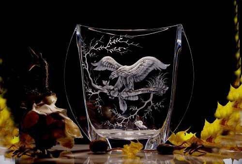 Ručně rytá váza s rytinou orla