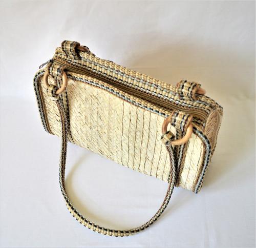 Pletená kabelka s pevnými popruhmi na rameno