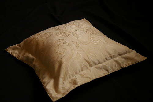 Béžovo zlatý polštář s lemem a náplní
