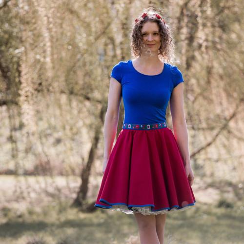 Kolová červená sukně s folklórním páskem