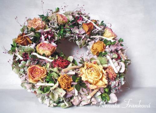 Květinový rustikální věnec - hortenzie a růže