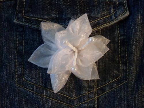Brož / ozdoba - bílý květ