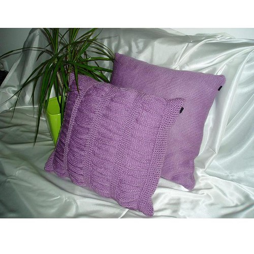dva pletené polštářky-krep fialka