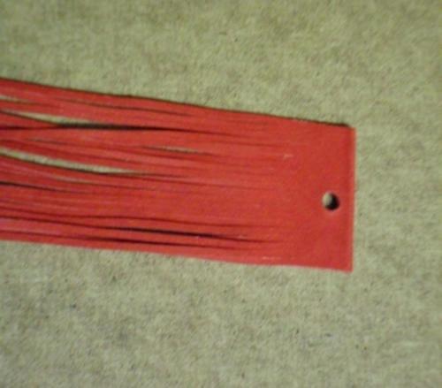 Balení červených kožených řemínků po 20ks