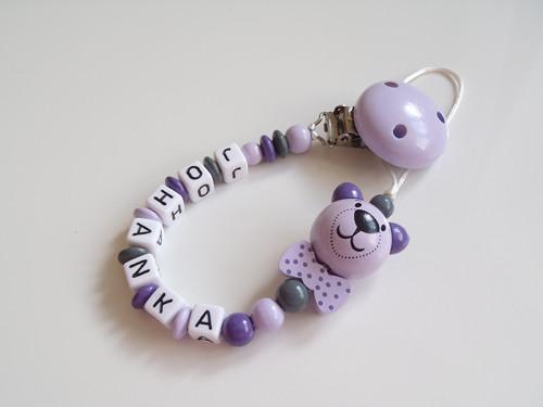 Světle fialový klip na dudlík - medvídek, mašlička