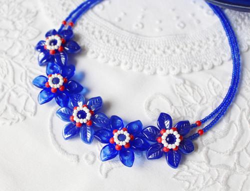 Skleněný květinový náhrdelník v námořnická modř