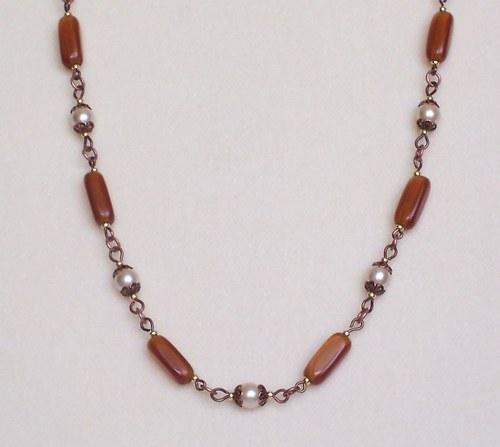 Hnědý náhrdelmík s perličkami