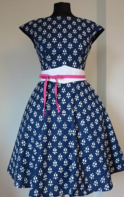šaty modrotiskové, kolová sukně, piktogram kytky