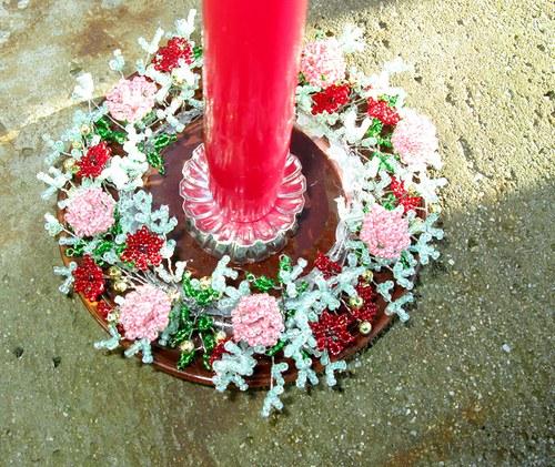 Červený korálkový svícen