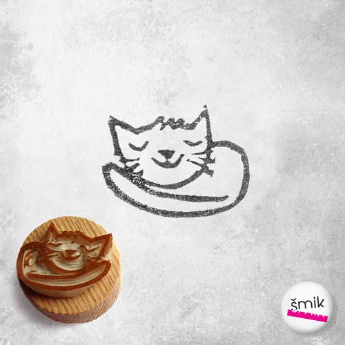 maličké spinkající koťátko - razítko