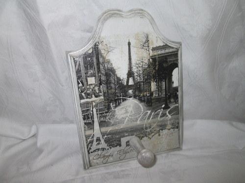 Ozdobný frézovaný vintage věšáček Paris