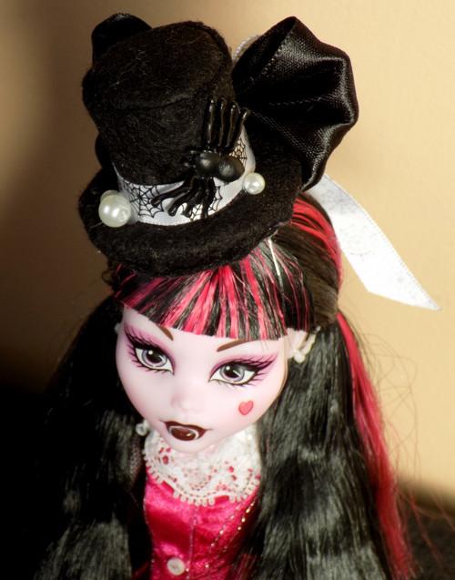 Klobouček pro panenku Královna pavučin