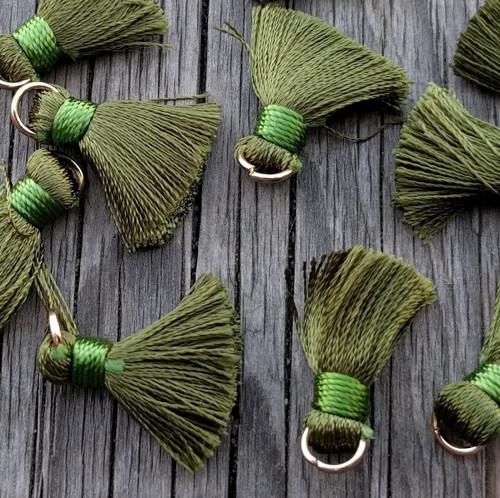 Luxusní ozdobné střapce - olivové, 2 kusy