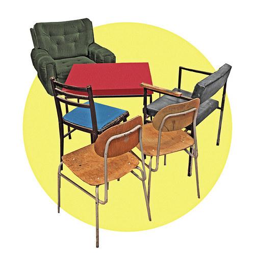 Pět židlí (a stoleček)