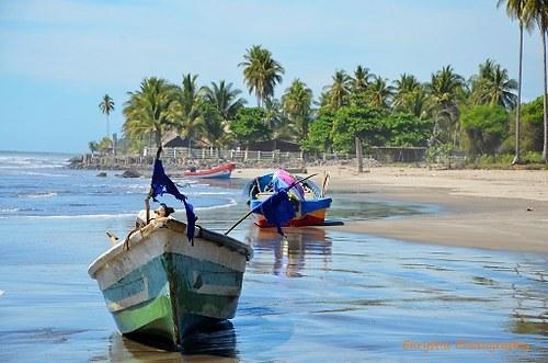 Rybářské lodě na pláži v Salvadoru