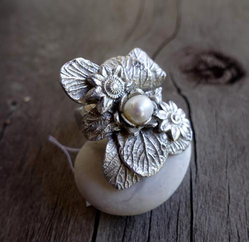 Členitý prsten s perlou