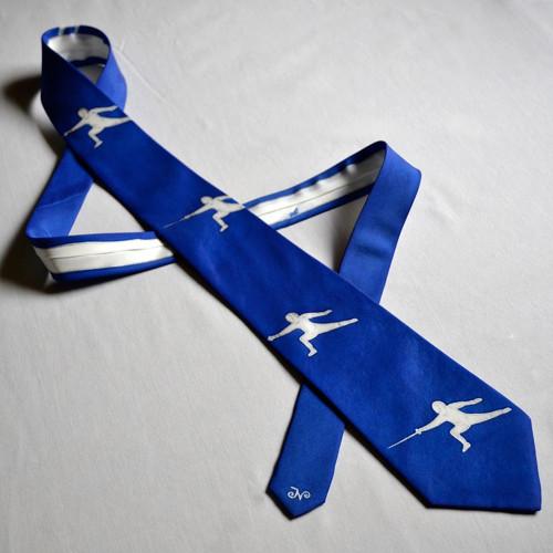Modrá kravata s šermíři
