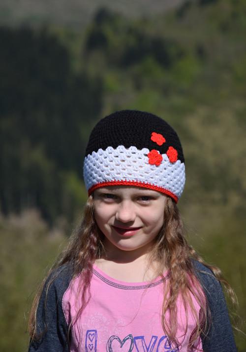 Bielo - čierno - červená čiapka s kvietočkami