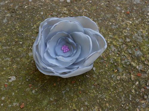 sponka - šedá květina