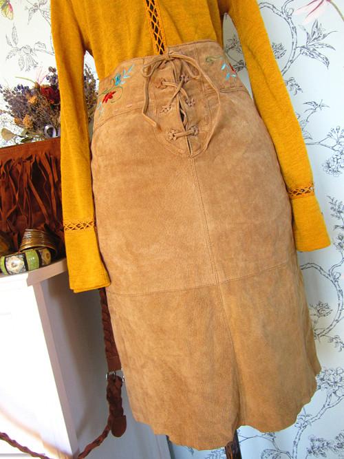 Sukně broušená kůže s výšivkou