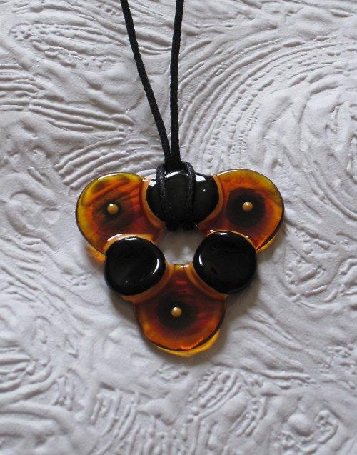 oranžovo-černý