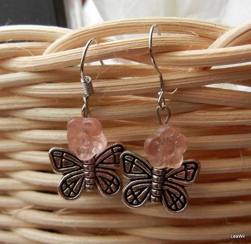Motýlek na růžové květině