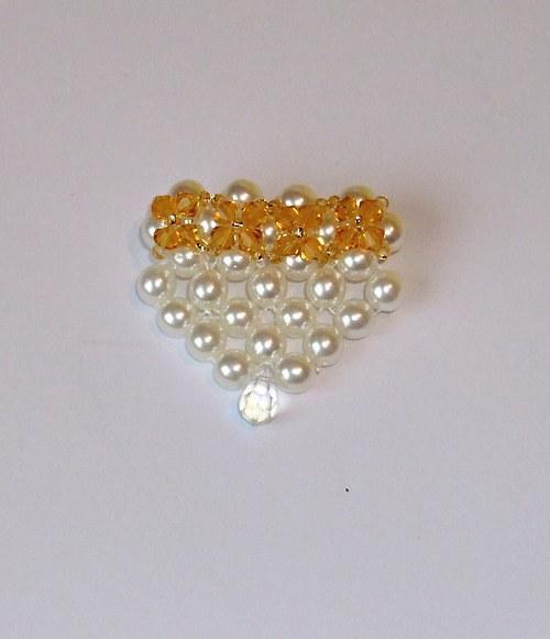 Brož z voskovaných perel