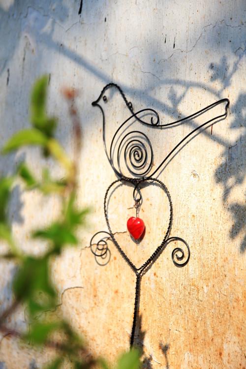 Srdečný... drátovaný ptáček